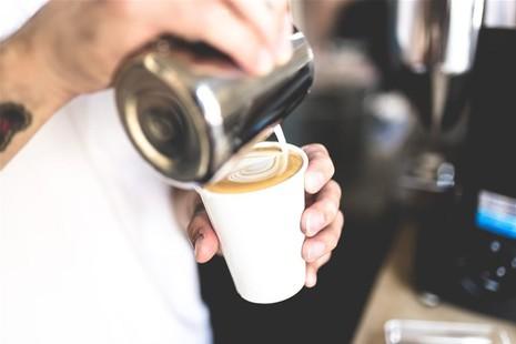 Segeln und Kaffee machen mit Barista