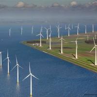 zeilen door windmolenpark