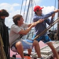 Stärkt die Klassengemeinschaft auf einem Segelschiff