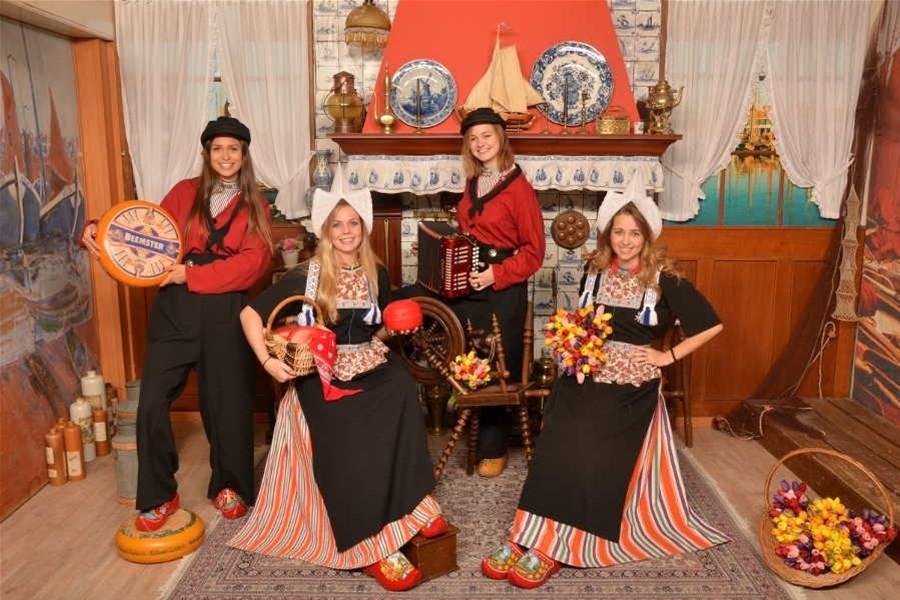 Detailafbeelding van Foto in kostuum Volendam