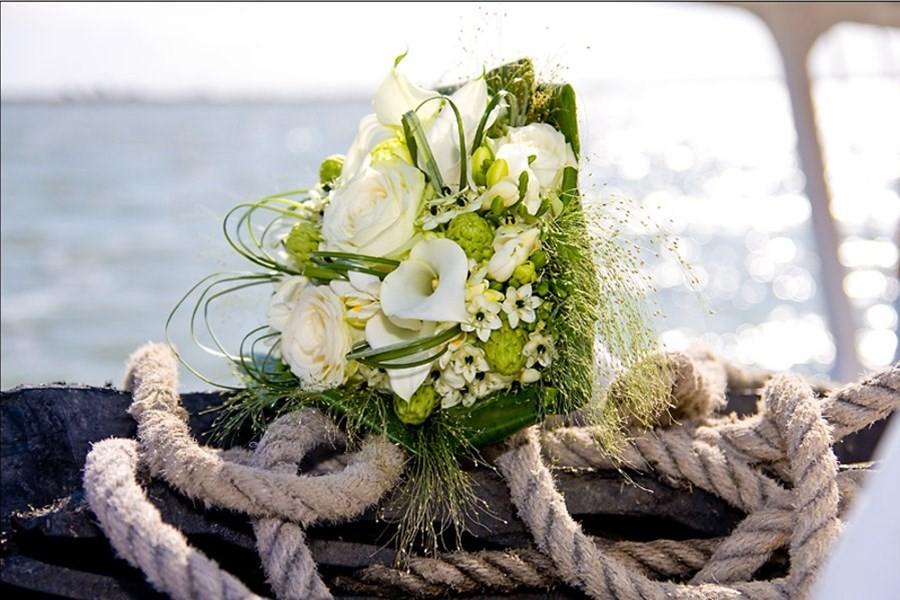Detailbild von Intime Hochzeitszeremonie und Party auf dem Meer