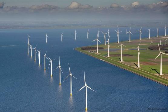 Zeilen door het windmolenpark in de Noordoostpolder
