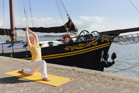 Yoga und Segeln an Bord der Ambiance